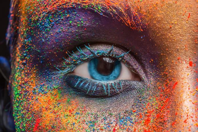 Colore: occhio di una modella con un make up colorato
